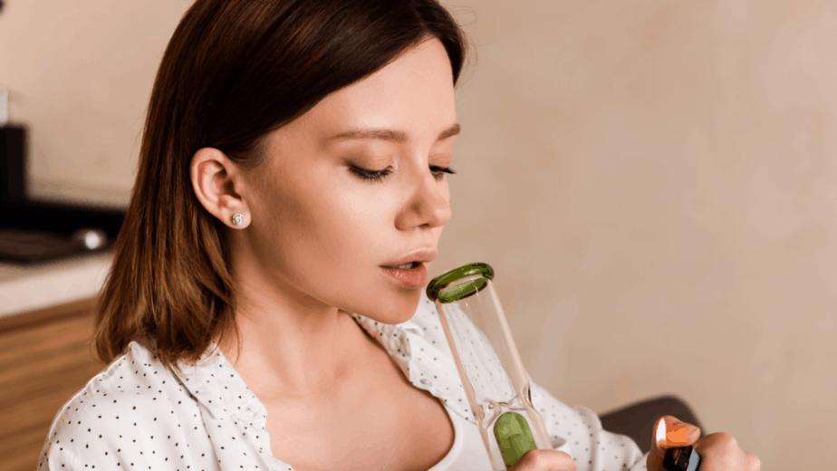 אישה מעשנת מריחואנה