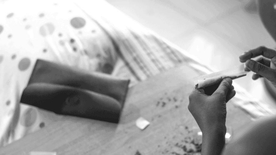 עישון קנאביס יומיומי -  מבט מלמעלה על אישה מגלגלת ג'וינט